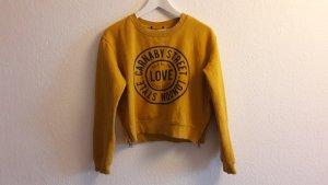 Gelber Pullover mit Aufdruck