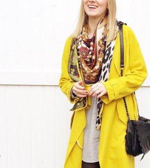 Gelber Wollmantel im Blogger-Style