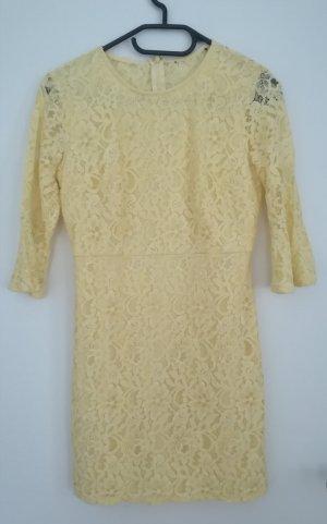 Gelbes Kleid aus Spitze