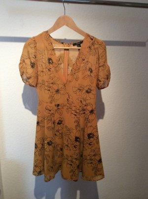 Gelbes Kleid mit Blumenmuster