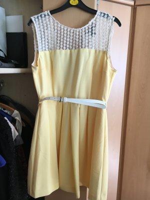 Gelbes Kleid mit Spitzen- Details