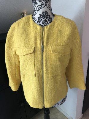 Gelbes Kurzjäckchen in Webstoff