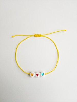 gelbes Makrameearmband mit drei Herzen
