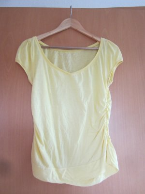 gelbes Shirt mit V-Ausschnitt