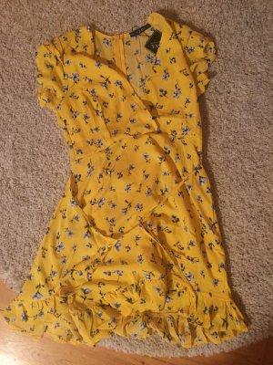 Gelbes Sommerkleid mit Blumenmuster