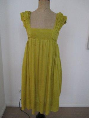 Gelbes Sommerkleidchen im Empire-Stil aus leichter Baumwolle