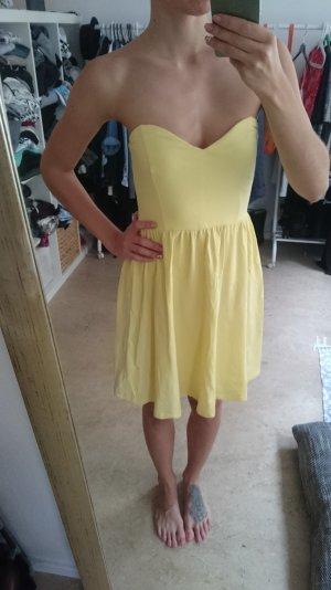 Gelbes Sommerkleidchen mit Herzausschnitt