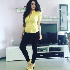 gelbes, tailliertes hemd mit kurzen puffelärmeln