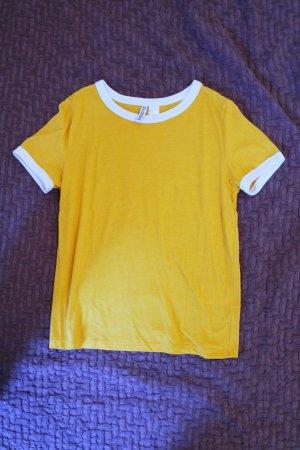 Gelbes Top mit weißem Kragen