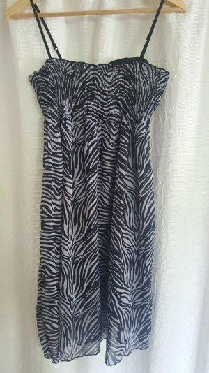 gemustertes Kleid in schwarz-weiß