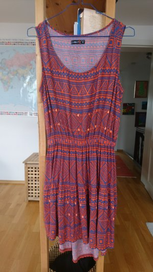 gemustertes Kleid mit Rückenausschnitt