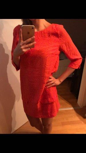 gemustertes kurzes Kleid