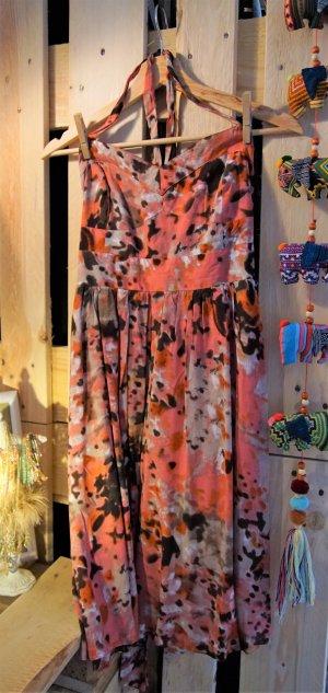 Gemustertes Sommerkleid in verschiedenen Rottönen