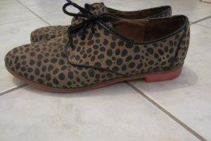 Gepunktete Schuhe mit pinker Sohle!