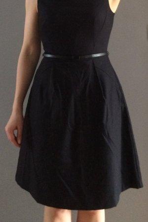 gepunktetes dunkelblaues Kleid mit Gürtel, Gr. 36 (Business-Kleid)