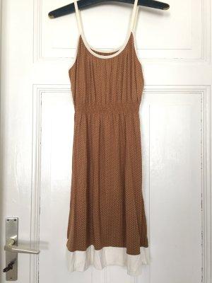 Gepunktetes Vintagekleid
