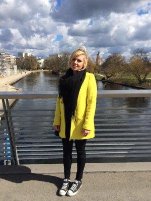 Gerade geschnittener gelber Mantel