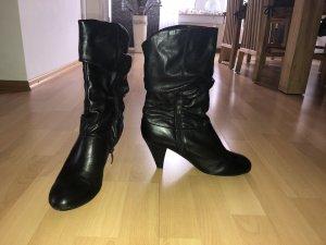 Geraffte schwarze Slouch Stiefel Stiefeletten von Tamaris, Größe 39