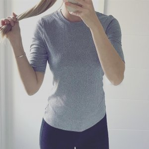 geripptes graues Shirt