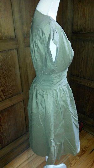 gesmoktes Tailiertes Kleid oliv