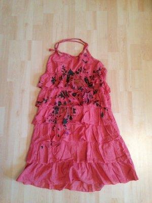 Gesprenkeltes, lachsfarbenes Sommerkleid