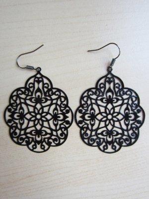 Gestanzte Ohrringe in Schwarz mit floralem Muster