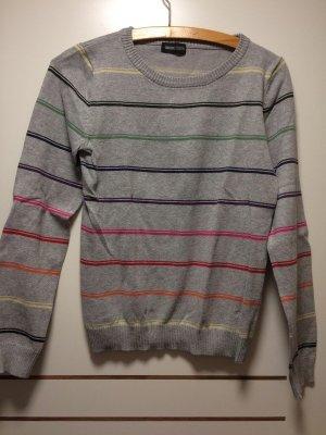 Gestreifter grauer Pullover