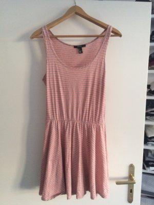 Gestreiftes Kleid für den Sommer