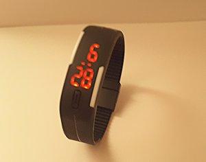 Gigitale Sportuhr mit schwarzem Armband und Magnet zum verschließen