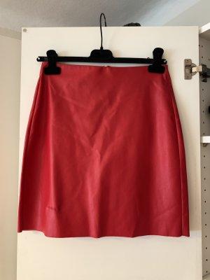 Gina Tricot roter Kunstlederrock mit Reißverschluss