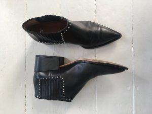 Givenchy Booties mit Nieten und pointed toe in schwarz aus Leder