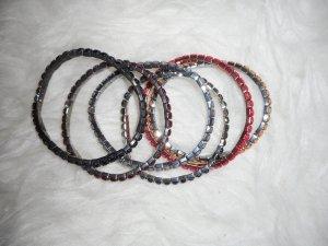 Glänzende bunte Armbänder
