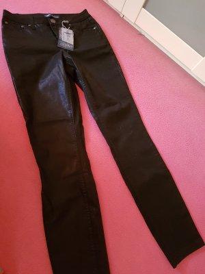glänzende schwarze Jeans