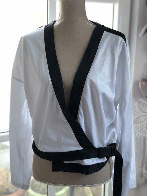 Glänzende weiße Jacke mit schwarzen Kontraststreifen