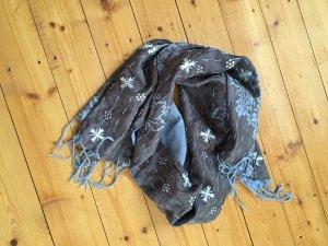 Glänzender, seidiger Schal mit schönem Muster