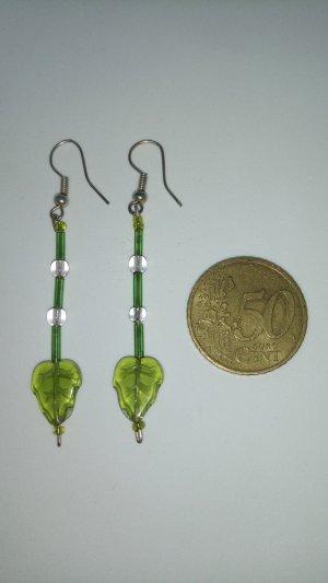 Glasperlen-Ohrringe, hellgrün, mit filigranen Blättern