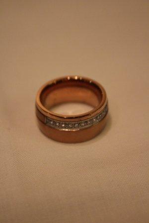 Glitzender Schmuck-Ring. Rosé