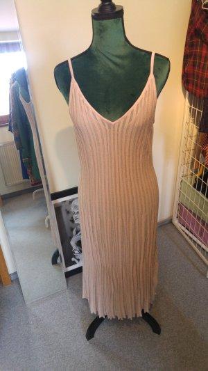 Glitzerndes langes weit schwingendes Kleid