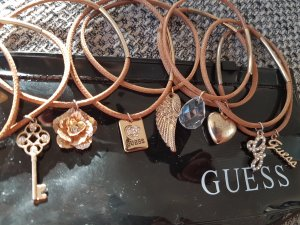 Gold-Armbänder von Guess