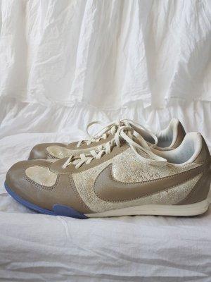 Gold Nike Sportschuhe
