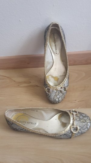 Gold- und Silberfarbene Ballerina mit Zierschnalle von Roberto Botella