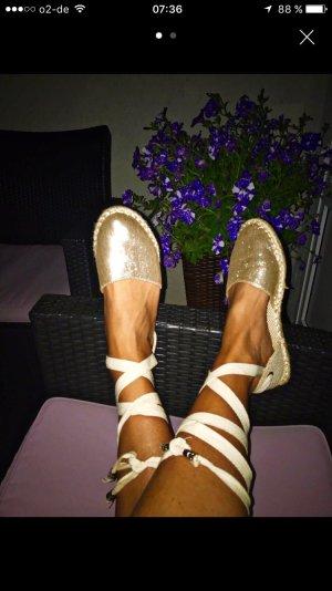 Goldene Blogger Sandalen zum Schnüren