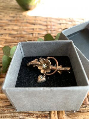 Brooch sand brown-natural white
