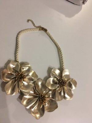 Goldene Halskette mir drei Blüten