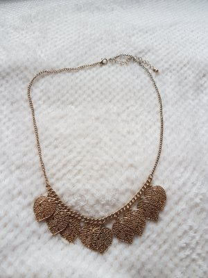Goldene Halskette mit Blättern