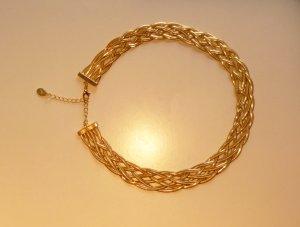 Goldene Halskette mit Flechtmuster