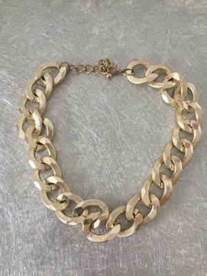 Goldene Halskette mit großen Gliedern