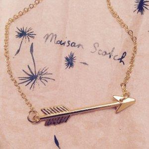 Goldene Halskette von Maison Scotch mit schickem Pfeil-Anhänger