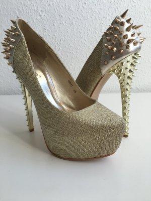 Goldene High Heels mit Nieten