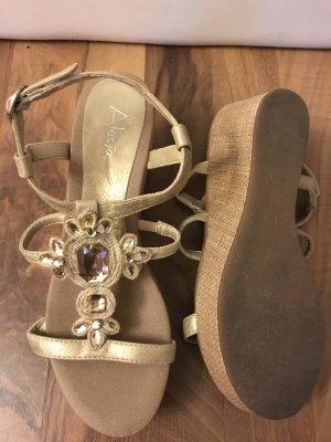 goldene Keilabsatz-Sandalen